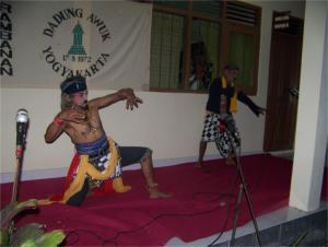 """Group Srandul """"Dadung Awuk"""" dari Dusun Nggathak, Bokoharjo, Prambanan, Yogyakarta. (Sumber gambar: hasil penelitian berjudul: Seni Pertunjukan Tradisional Srandul Sebagai Alternatif Pembelajaran Seni di Sekolah Menengah)"""